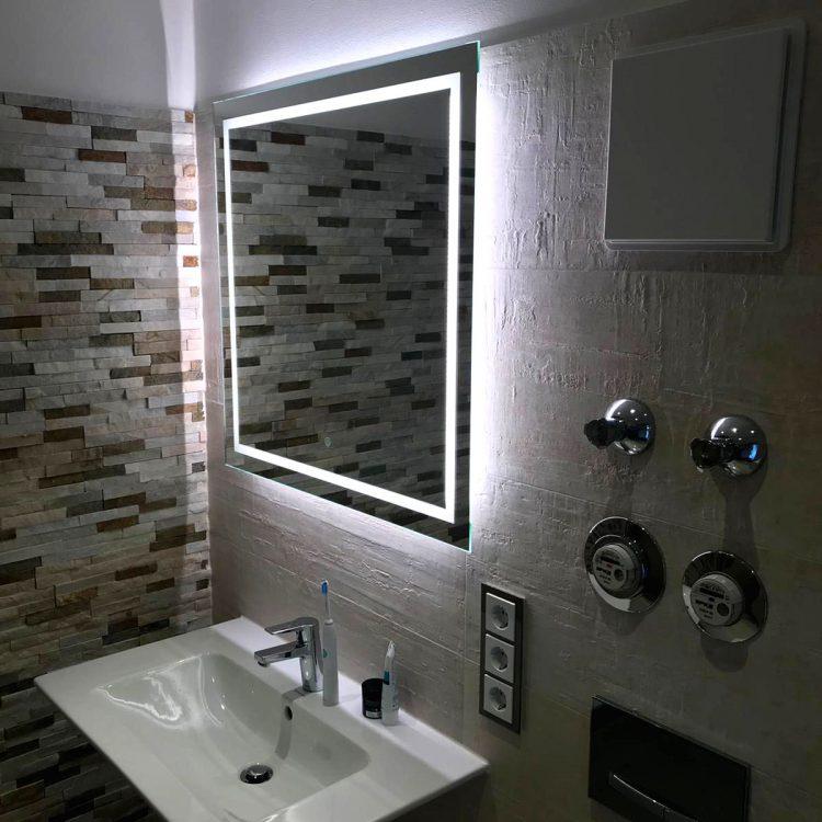 Waschbecken mit beleuchtetem Spiegel