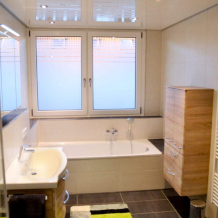 Saniertes Bad mit Wanne und Waschbecken